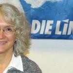 Nicole Stadler mit blauer Fahne